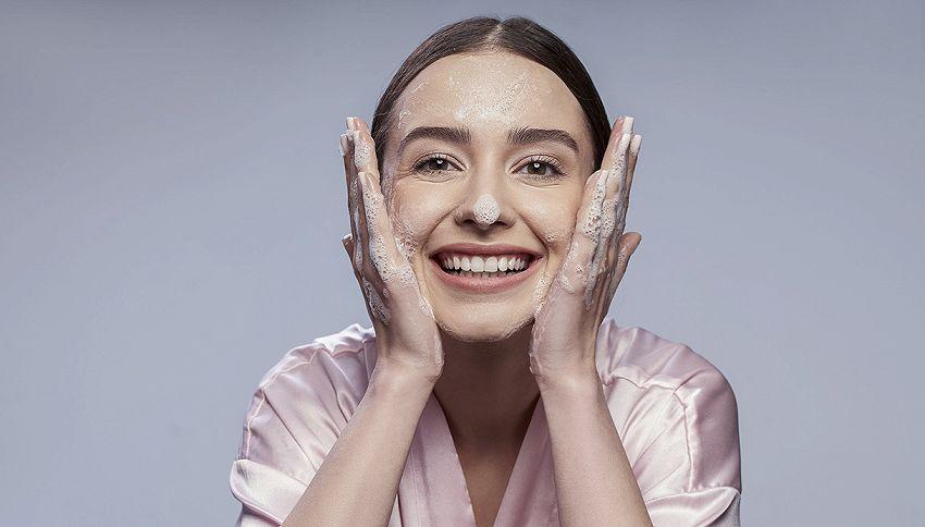 Lavare il viso con acqua e sapone è sufficiente?