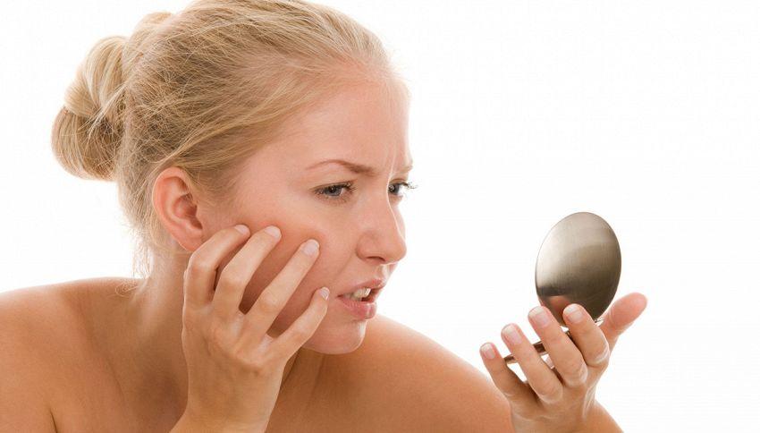 Se hai la pelle grassa evita di mangiare questi cibi