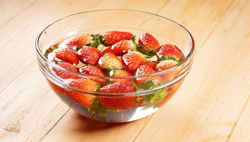 Fragole, occorre immergerle in acqua salata prima di mangiarle?