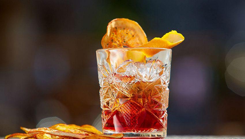 Cocktail da fare a casa con pochi ingredienti: trucco da barman