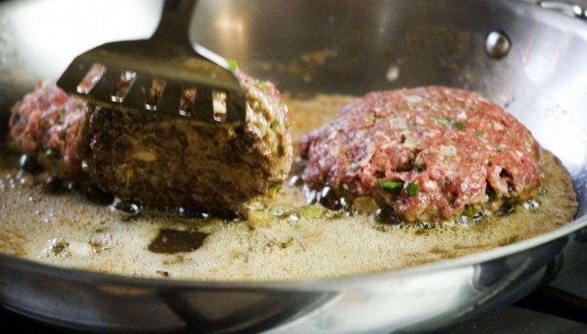 Come cucinare l'hamburger perfetto? Non usare la paletta