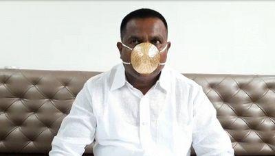 L'uomo indiano che indossa una mascherina d'oro massiccio contro il Coronavirus