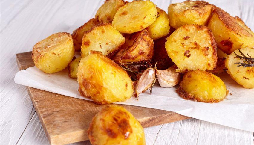 Il segreto per avere patate arrosto croccanti? Usa il miele
