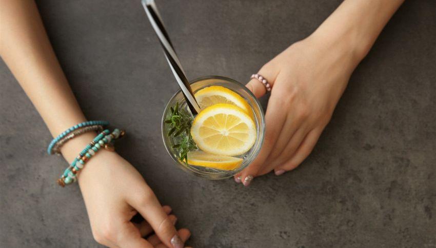 Cosa succede se bevi acqua al limone ogni giorno