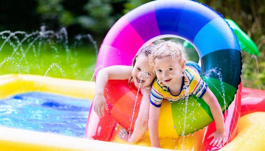 Riempire facilmente la piscina per bimbi: trucco dei palloncini