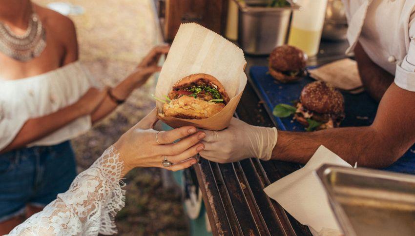 Street Food, ami mangiare camminando? L'errore per la tua dieta
