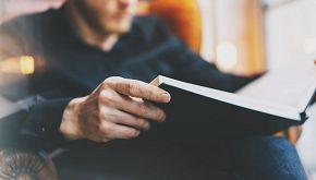 Il bibliotecario che legge libri agli anziani per telefono