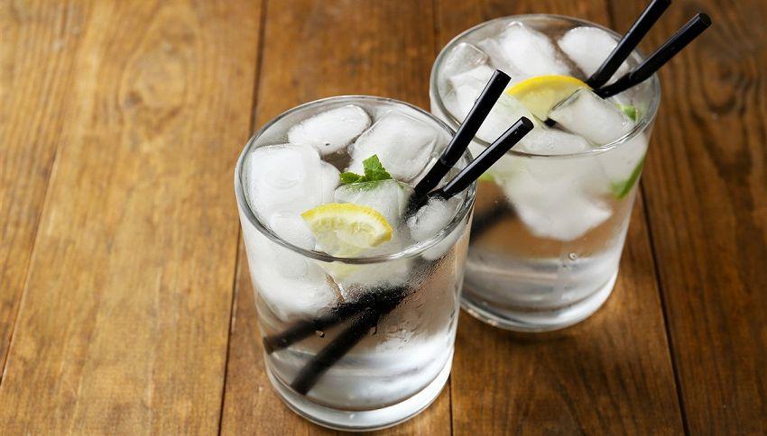 Se bevi spesso acqua e limone, ricordati di usare la cannuccia