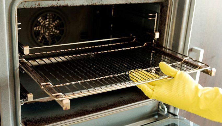 Come pulire le griglie del forno incrostate senza strofinare