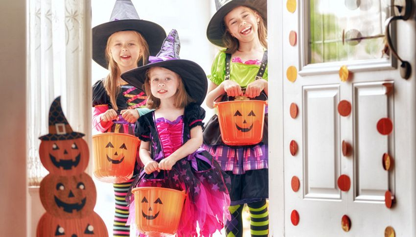 Halloween, l'idea originale per dare le caramelle senza contatti