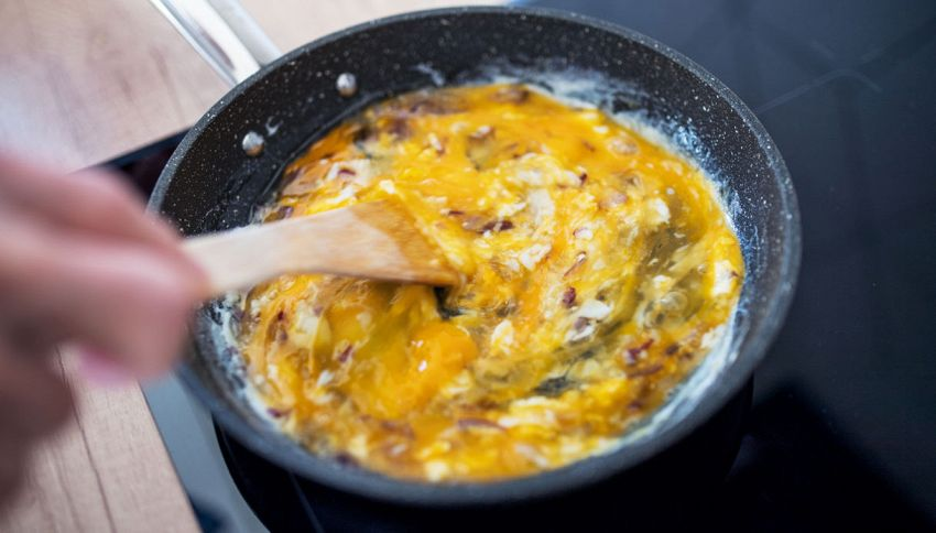 Spumante nelle uova strapazzate: l'ingrediente per farle perfette