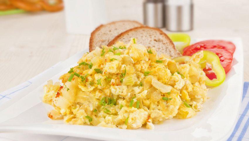 Uova strapazzate, il trucco per cuocerle senza usare i fornelli