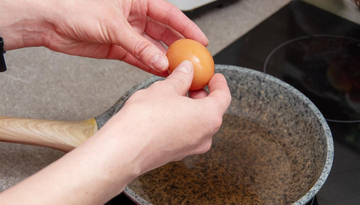 Il nuovo modo di cucinare l'uovo in camicia: il video è virale