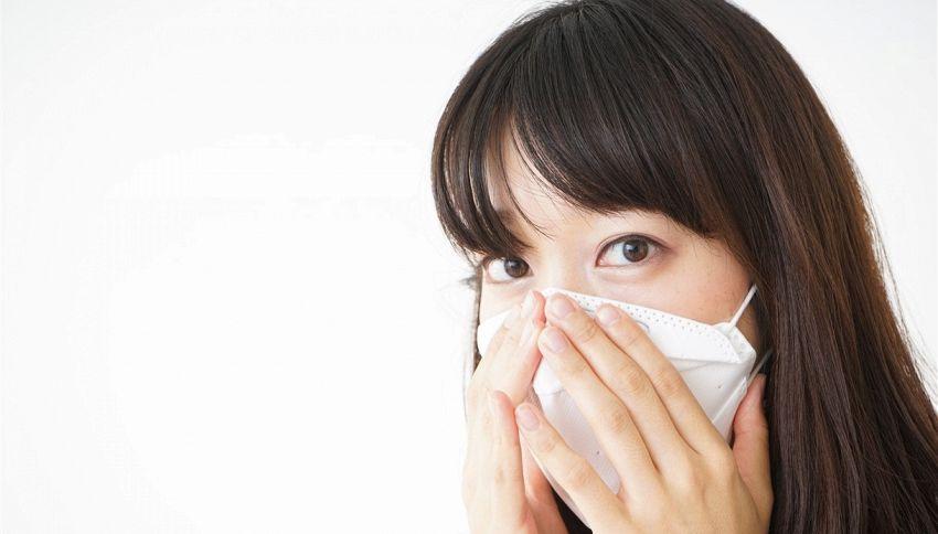 Si può evitare di sporcare la mascherina con il trucco? Ecco come