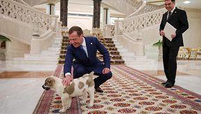 In Turkmenistan c'è un'enorme statua dorata dedicata a un cane