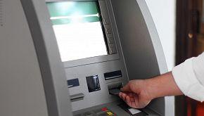Raccoglie i soldi da un bancomat e li porta alla polizia