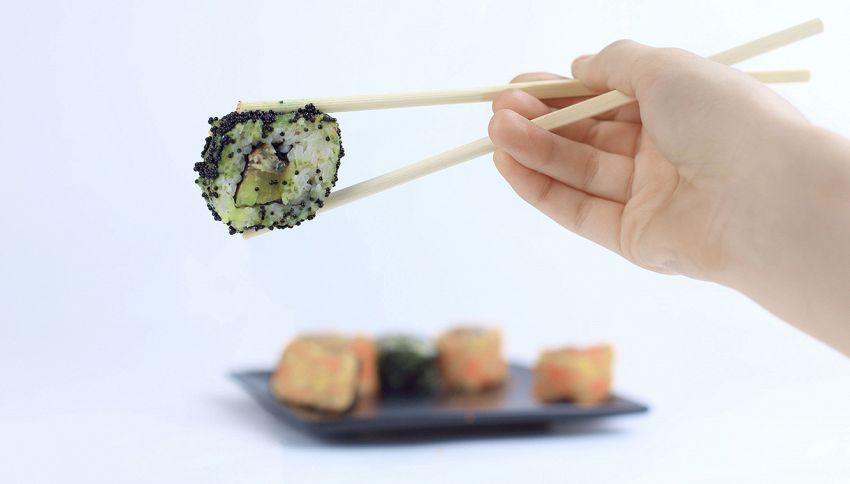 Sai perché i cinesi mangiano con le bacchette?