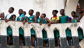 In Ghana la maestra prepara il pasto gratis ai suoi studenti