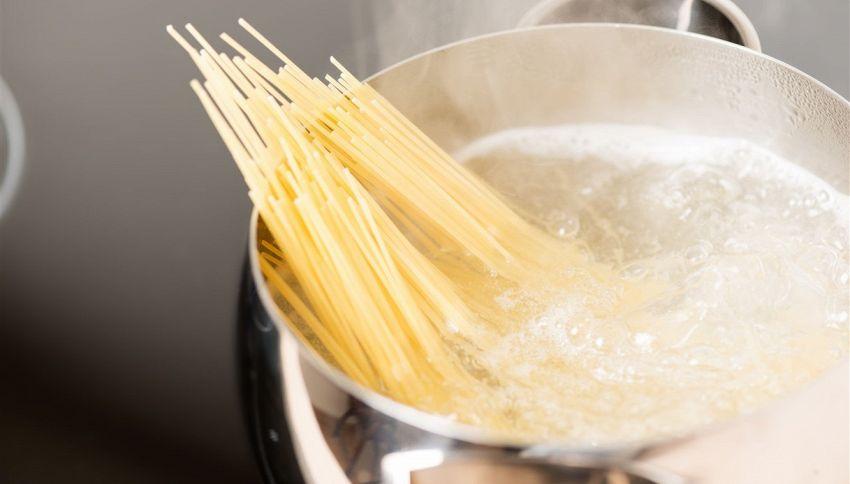 Cottura della pasta, quanta acqua far bollire? La regola d'oro