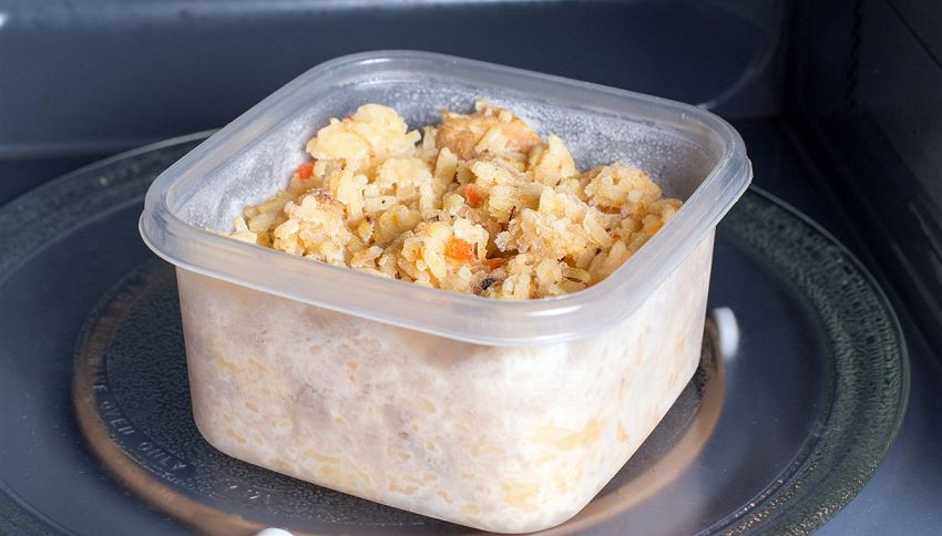 Riscaldare il riso nel microonde, il trucco del ghiaccio