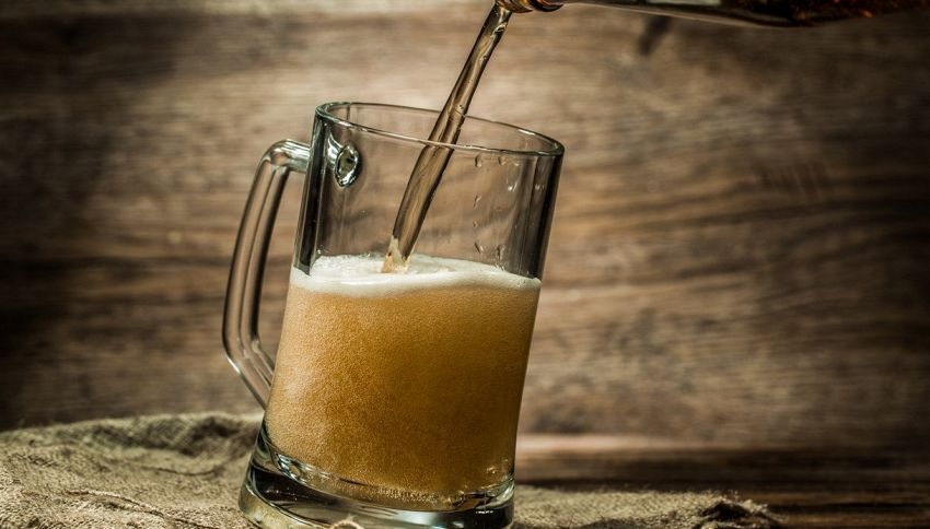 Birra gratis se raccogli i rifiuti