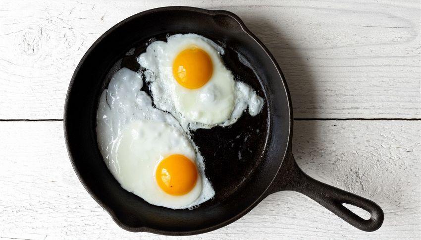 Uova in padella, meglio aggiungere un po' d'acqua?