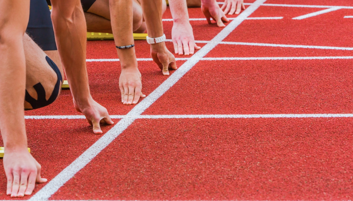 Il cameraman corre più veloce degli atleti e diventa una star