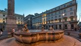 Si tuffa nuda in una fontana di Roma: ecco cosa rischia