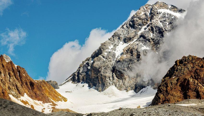 Dal ghiacciaio emerge un cappello alpino della 1° Guerra Mondiale