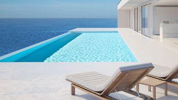 Lavorare provando le piscine di lusso