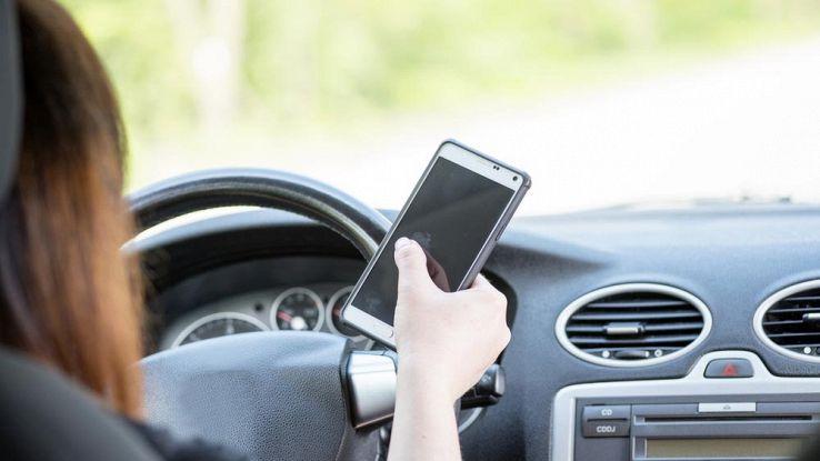 Smartphone, presto la modalità guida per ridurre gli incidenti