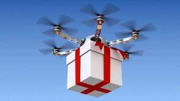 un drone trasporta un pacco di Natale