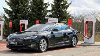 Tesla lancia l'auto elettrica che si ricarica in 10 minuti
