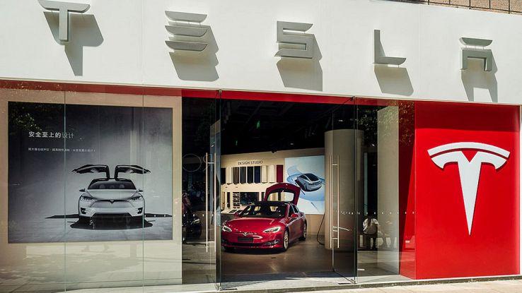 Tesla, arriva anche in Italia. Aprirà un nuovo negozio a Milano