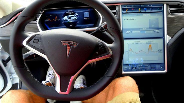 Tesla, l'aggiornamento del pilota automatico arriverà entro fine anno