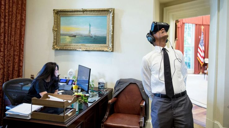 Obama indossa un visore VR all'interno della Casa Bianca