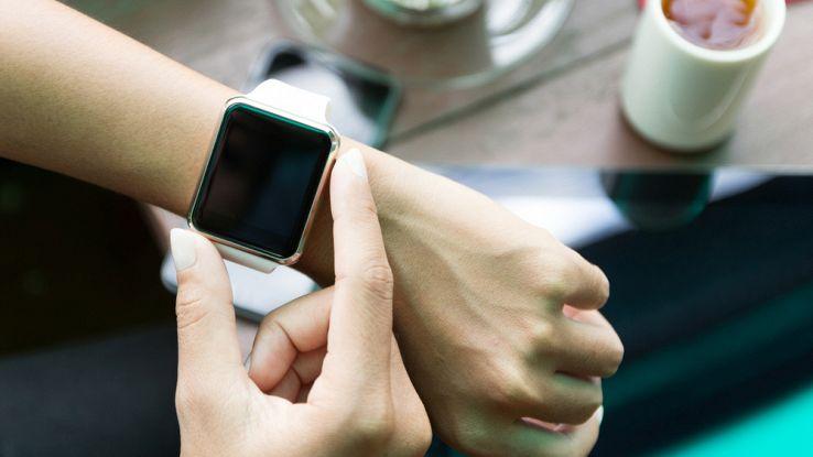 Apple Watch con schermo tondo che si ricarica girando la corona