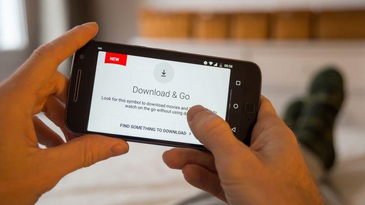 Netflix, guai in vista: richiesta risarcimento danni per i download