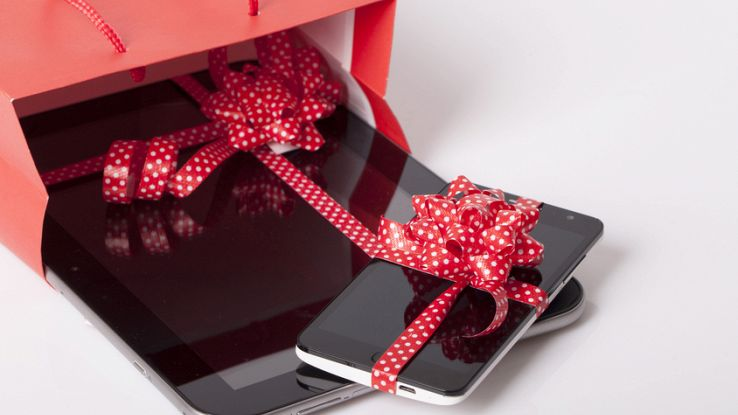 Un pacco di Natale con un tablet e uno smartphone