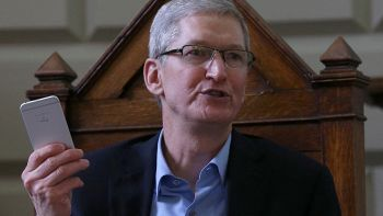 Tim Cook con iPhone in mano