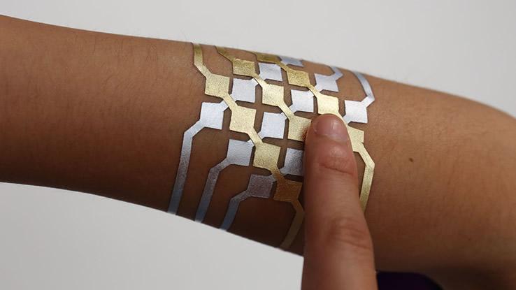 I tatoo temporanei in lamina d'oro per controllare lo smartphone
