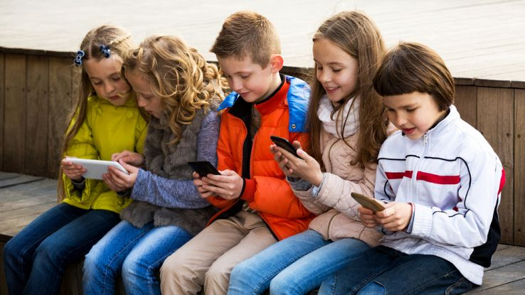 Bambini usano uno smartphone