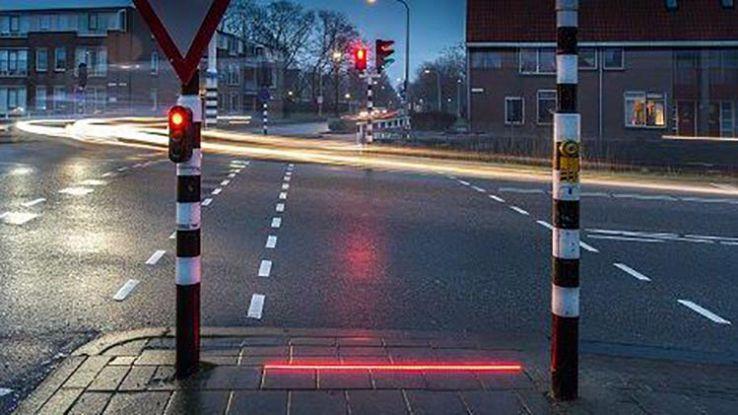 Pedoni a rischio per lo smartphone, in Olanda arriva semaforo ad hoc