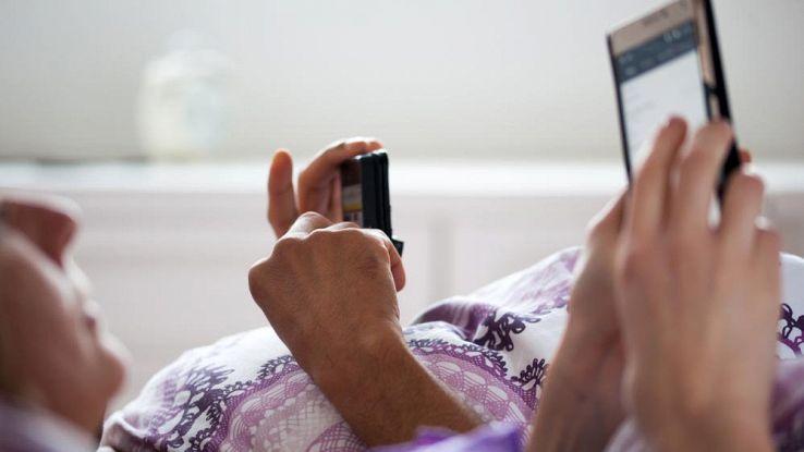 4 modi per smettere di dormire con lo smartphone sul comodino