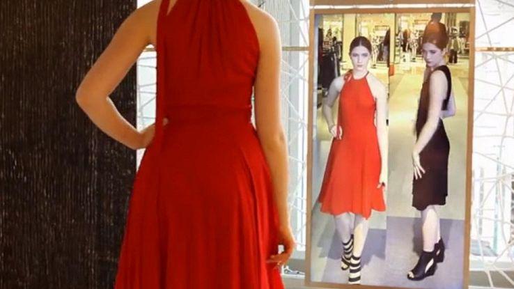 Specchio smart in camerino, lo shopping diventa una sfilata di moda