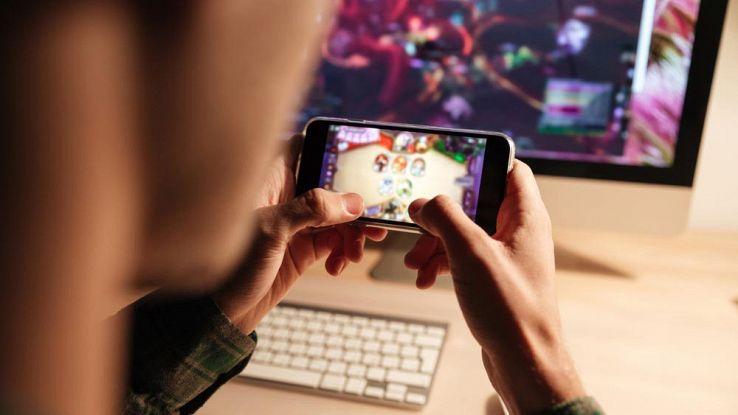 Un utente gioca ai videogame da smartphone