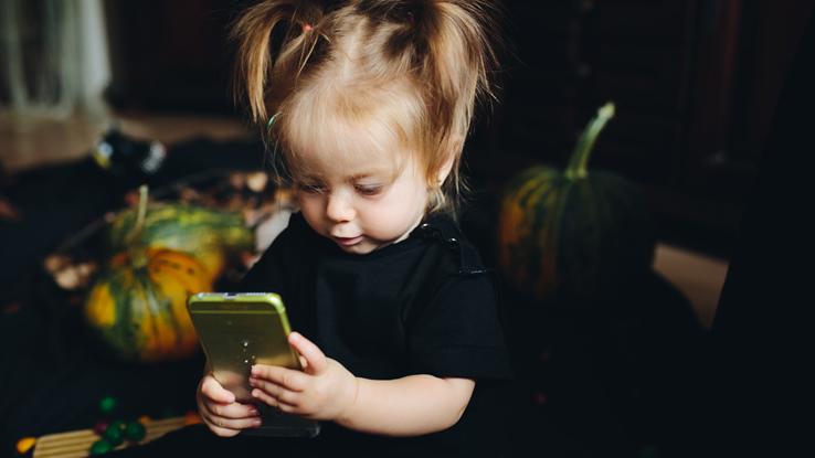 Più giochi, meno dormi: gli smartphone tengono svegli i bambini