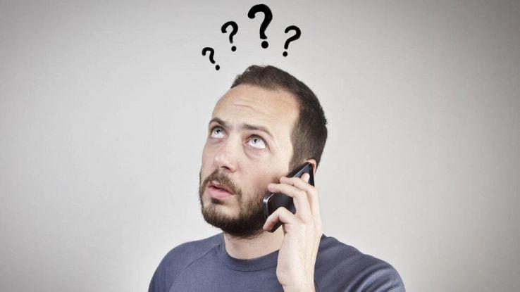 Un utente pensieroso mentre risponde a una chiamata