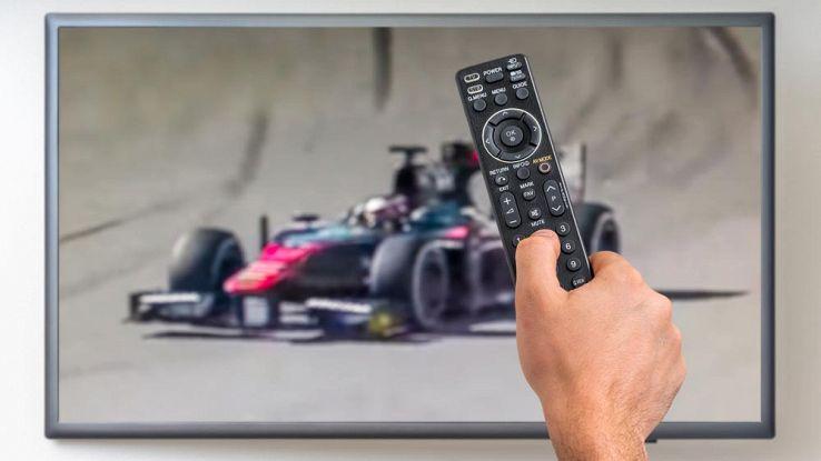 un utente guarda la F1 sulla TV