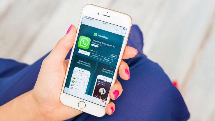 Un utente usa WhatsApp dal proprio iPhone